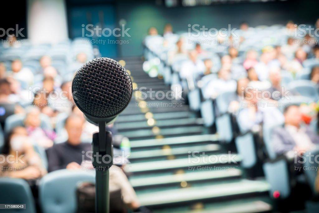Microfone com multidão - foto de acervo