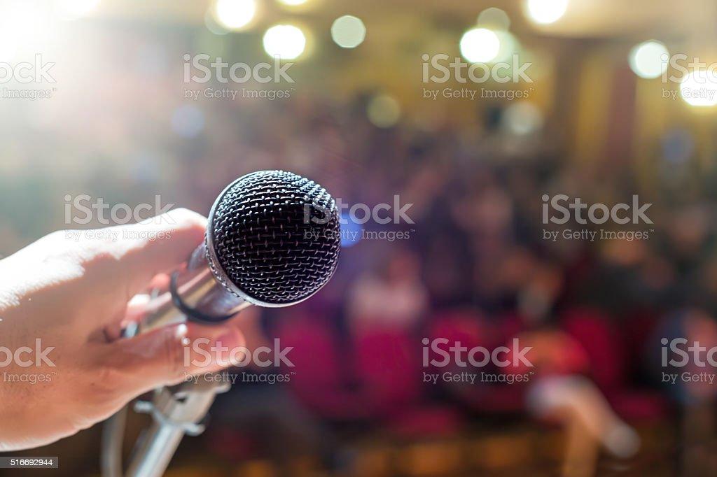 Micrófono con multitud - foto de stock