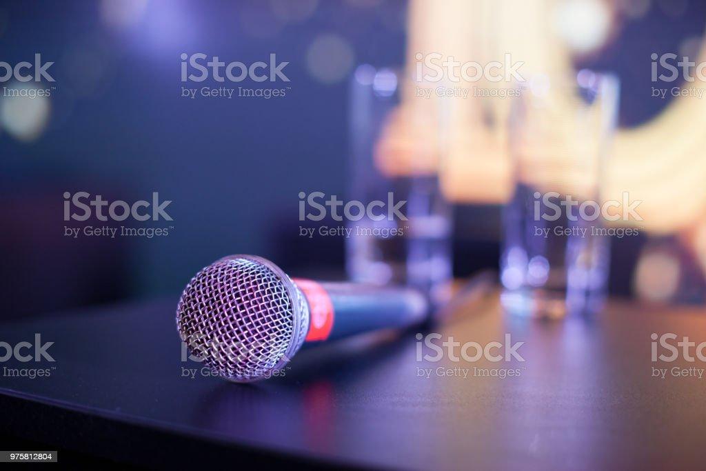Mikrofon mit Gläser Wasser auf Tisch – Foto