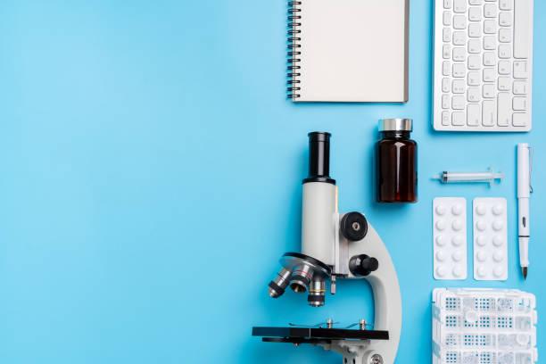 Mikroskopbiologie und Chemie thematisches Thema auf dem Schreibtisch von oben – Foto