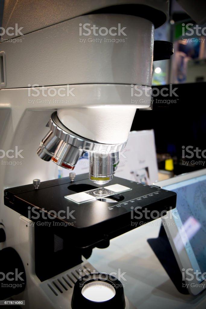Microscopio en laboratorio en viñeta - foto de stock
