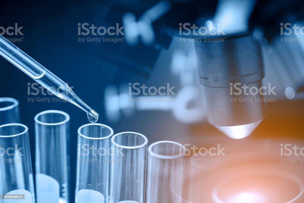 microscopio con cristalería de laboratorio - foto de stock