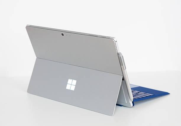 microsoft surface pro 4 mit typ abdecken. - microsoft windows stock-fotos und bilder