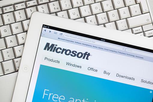 Sito Web Di Microsoft Su Apple Ipad2 - Fotografie stock e altre immagini di Big Tech