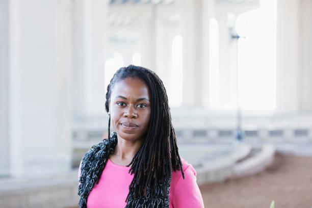 中成年非洲裔美國婦女與 cornrow 辮子 - 僅一名中年女子 個照片及圖片檔