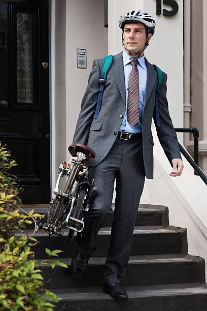 mitte erwachsene geschäftsmann tragen falten fahrrad-stufen - zusammenklappbar stock-fotos und bilder