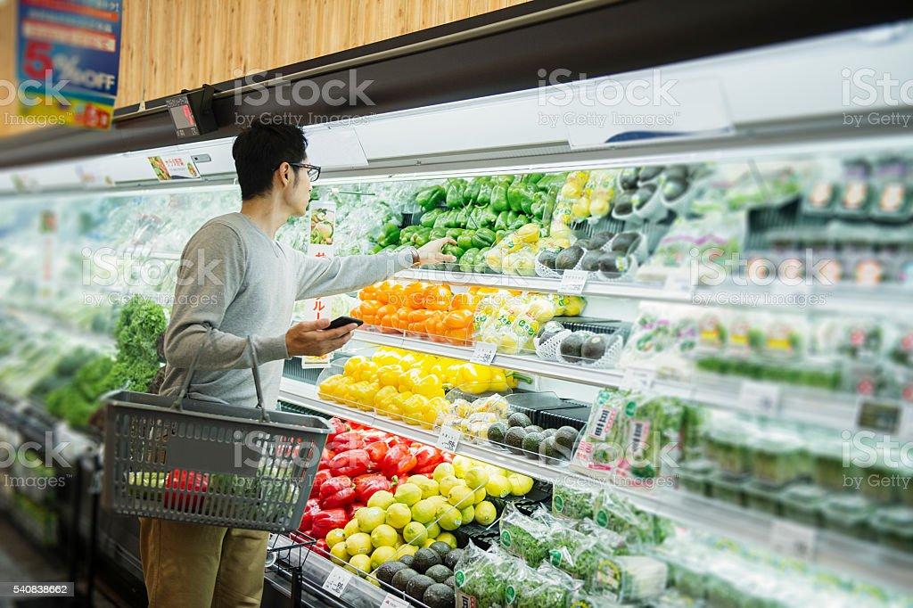 Foto De Médio Macho Adulto De Compras No Supermercado De