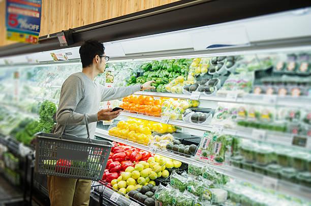 30 代の男性の食料品のスーパーで購入 - スーパーマーケット 日本 ストックフォトと画像