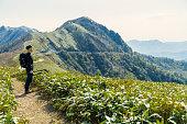 30 代の男性、日本の山でのハイキング