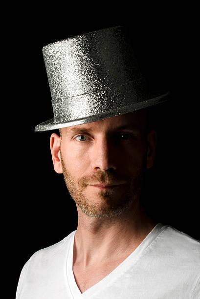 mitte erwachsener mann mit bart mit einer party-mütze - pailletten shirt stock-fotos und bilder