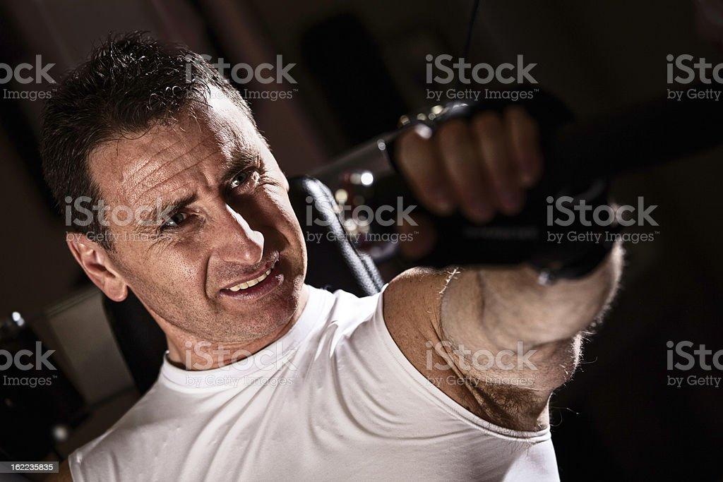 Mitte Erwachsener Mann trainieren Sie im Fitnessstudio – Foto