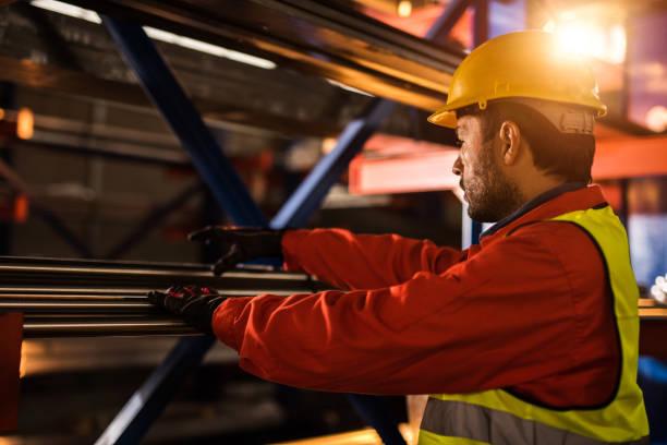 Mitte adult Metallarbeiter im Industriebau. – Foto