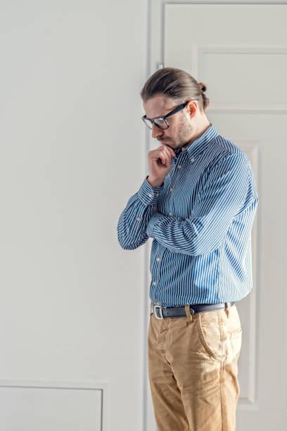 Mitte adult Besitzer im blauen Hemd ist, stehen und denken – Foto
