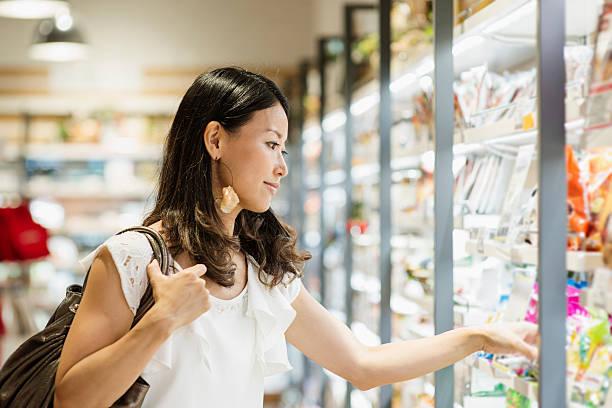30 代の女性のスーパーで購入食料品 - スーパーマーケット 日本 ストックフォトと画像