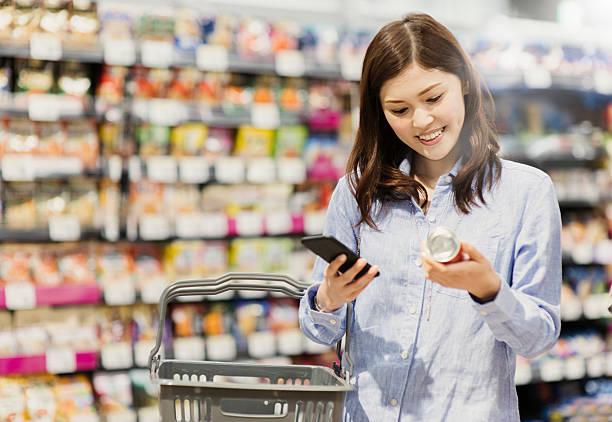 30 代の女性食料品ショッピング、スーパーマーケット - スーパーマーケット 日本 ストックフォトと画像
