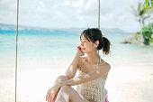 グアムのビーチを楽しむ30 代の女性タノ