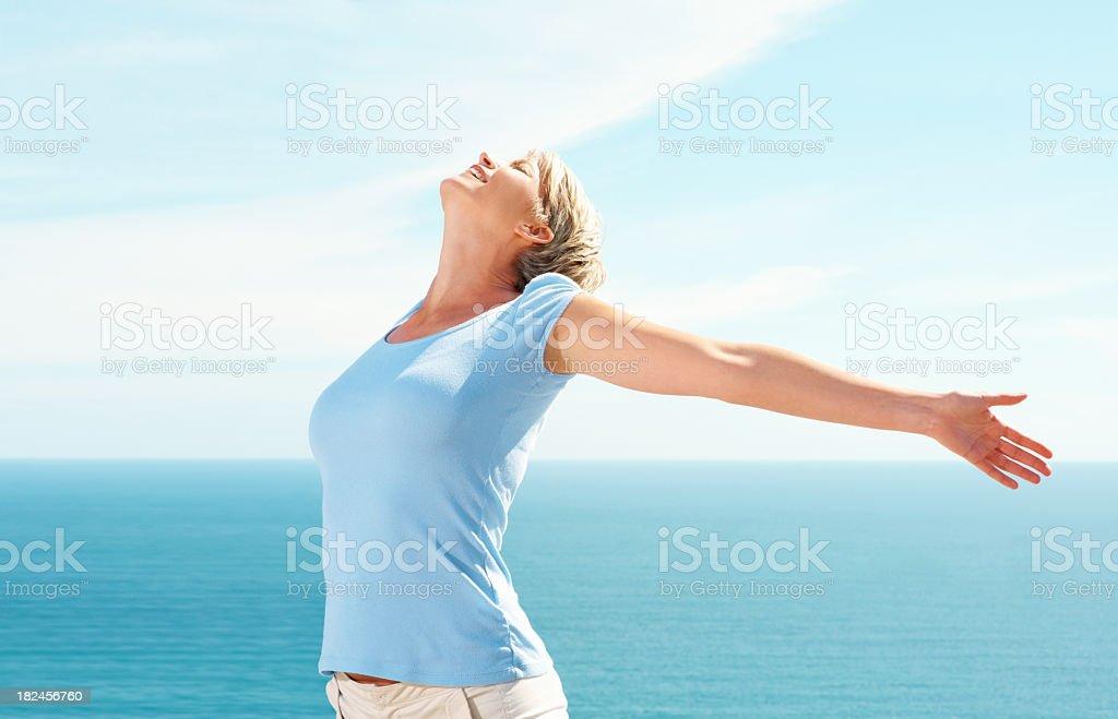 Meados mulher adulta com as mãos Fique em um dia ensolarado foto royalty-free