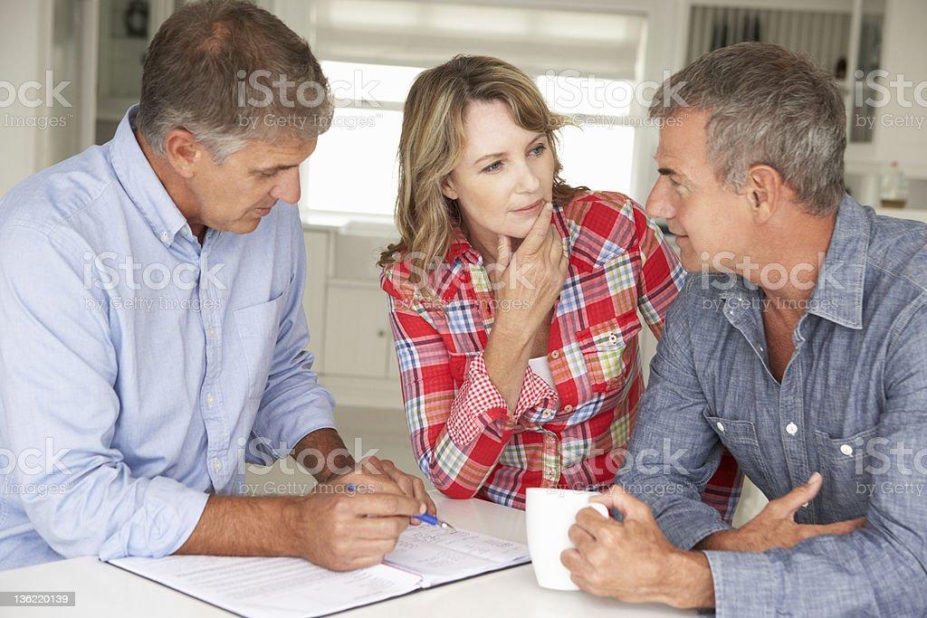 Mittleren Alter Paar mit financial advisor wie zu Hause fühlen. - Lizenzfrei Betrachtung Stock-Foto