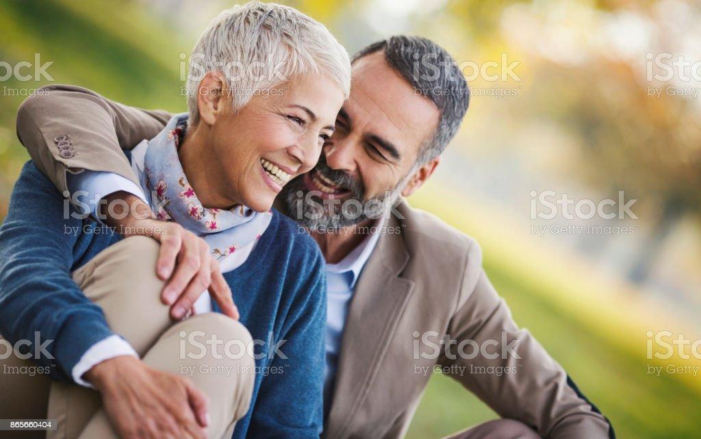 Mitten av äldre par i en park - Royaltyfri 50-59 år Bildbanksbilder