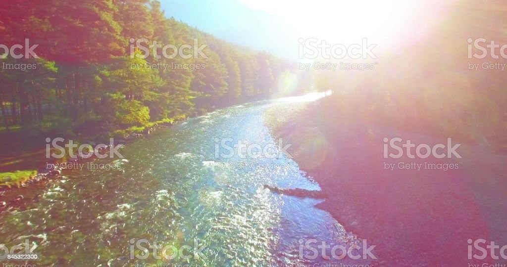 Mitte Luftflug über frisch und sauber Bergfluss im sonnigen Sommermorgen – Foto