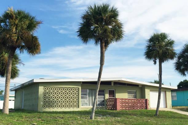 mitte des jahrhunderts zu hause in florida - moderne 50er jahre mode stock-fotos und bilder