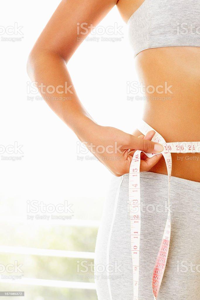 Mitte Abschnitt einer Frau messen Ihre Taille – Foto