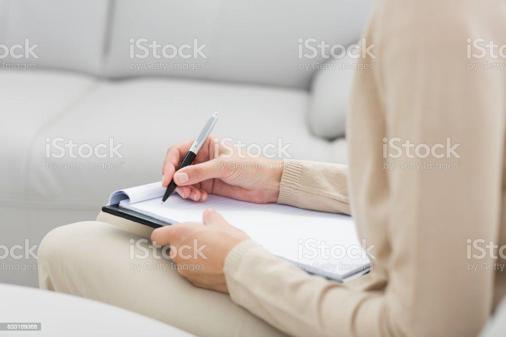 心理学者のノートの執筆半ばセクション ストックフォト