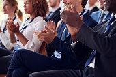 ビジネス セミナーでは、観客の拍手の半ばセクション