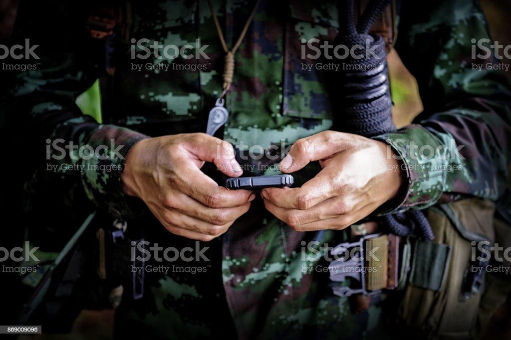 Mittleren Bereich des militärischen Soldaten mit Handy im Bootcamp Krieg. Reenactment mit ein Soldat und ein anachronistisches Zelle Smartphone zum text – Foto