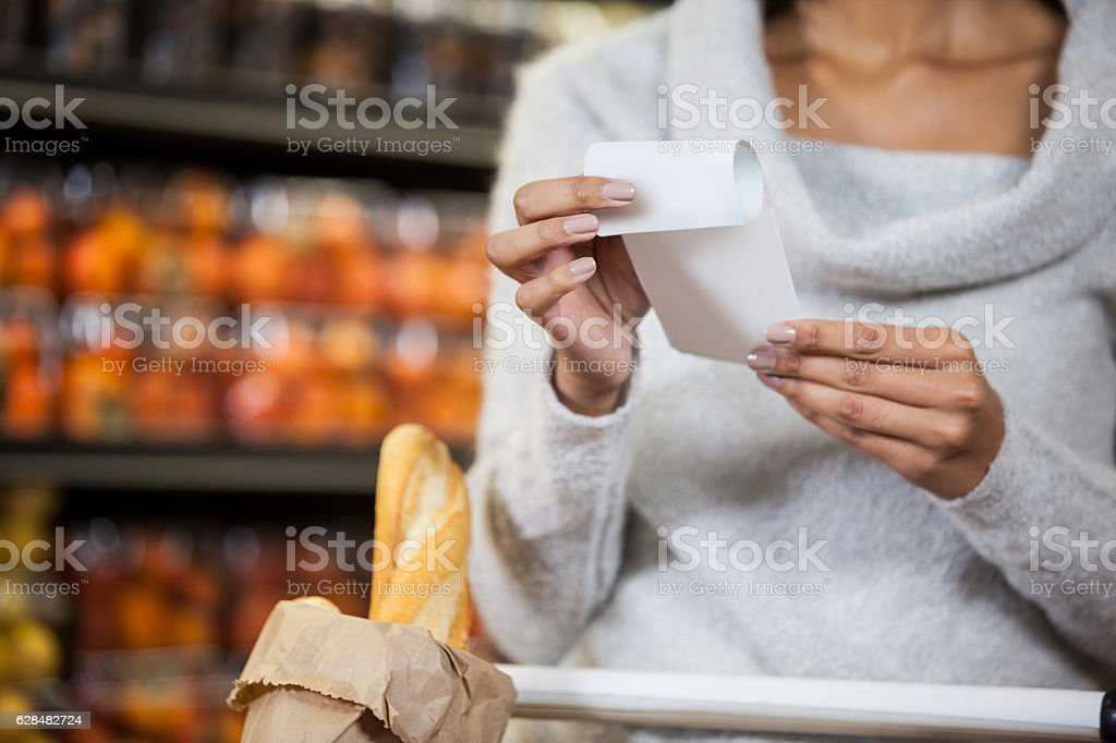Mid section of woman holding bill – Foto