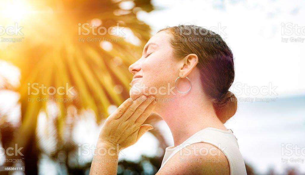 Milieu femme adulte s'applique une lotion à son visage à l'extérieur de votre profil - Photo