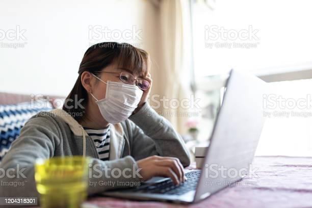 インフルエンザにかかり自宅で働く中成人女性 - 1人のストックフォトや画像を多数ご用意