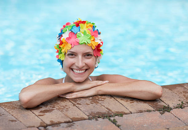 Milieu adulte femme portant colorées Swimcap dans la piscine - Photo