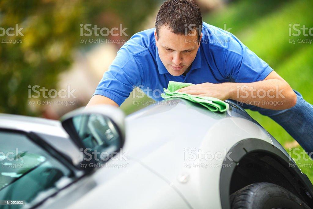 Milieu homme âgé de nettoyage sa voiture en plein air. - Photo