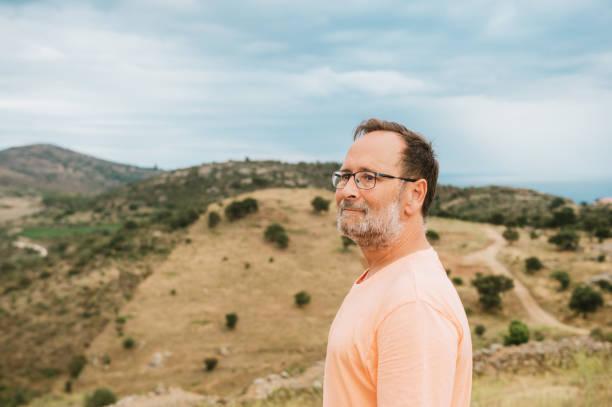 Mittleres Alter Mann Touristen bewundern Landschaft von Cap de Creus, Nationalpark an der Costa Brava, Spanien – Foto