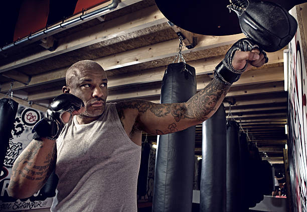 Medio de Hombre negro en un estilo urbano gimnasio de boxeo - foto de stock