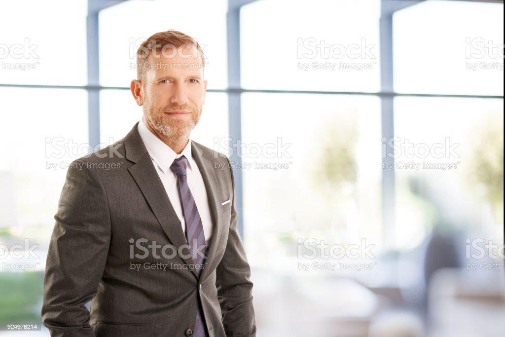Portrait de l'homme d'affaires d'âge moyen - Photo