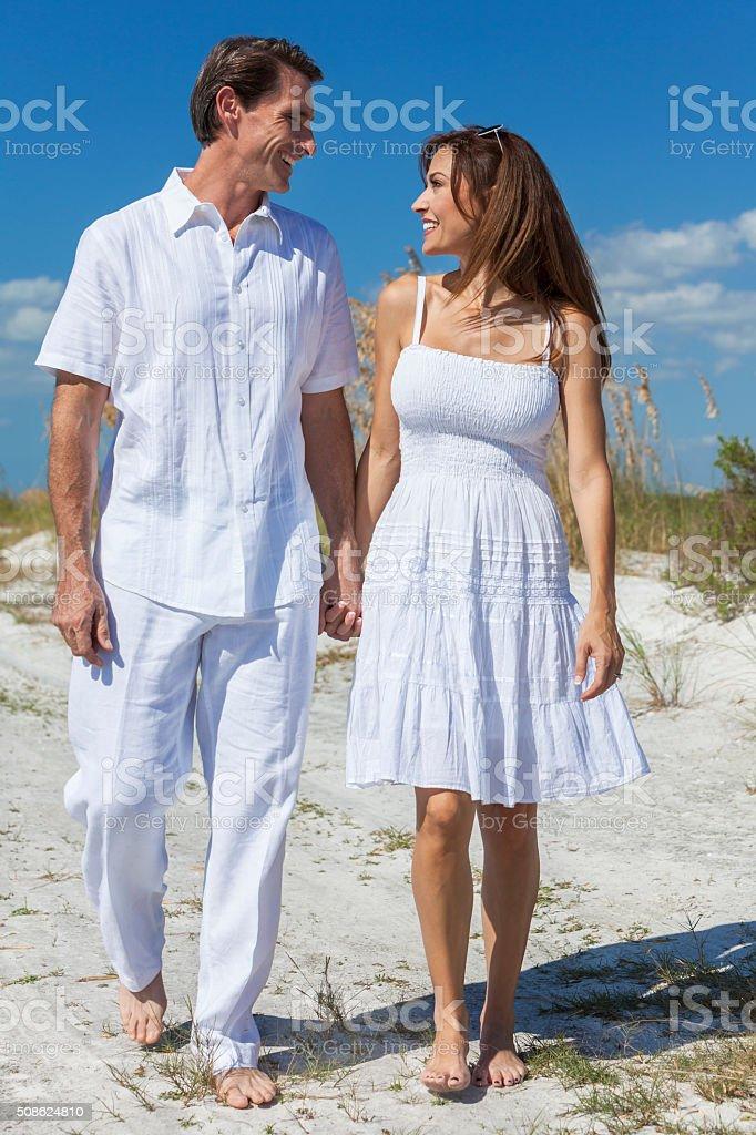 Mittleren Alter Paar beim Gehen auf einem leeren Strand – Foto