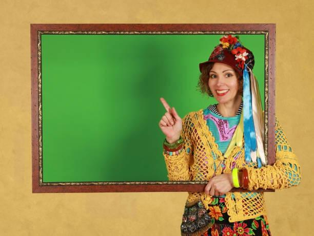 Freak mujer de mediana edad sostiene un marco de imagen en un estudio - foto de stock