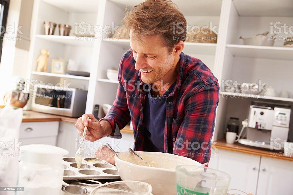 Mittleren Alter Mann Vorbereitung zum Kuchenbasar – Foto