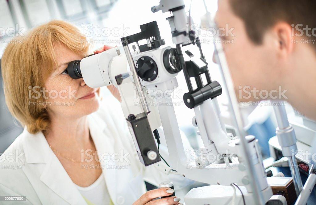 Mittleren Alter Mann, die Optiker. – Foto