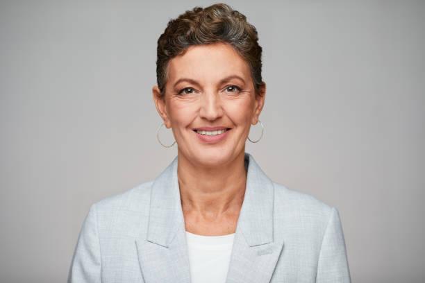 Mittelalte anspruchsvolle Geschäftsfrau Studio Headshot, trägt einen Anzug. – Foto
