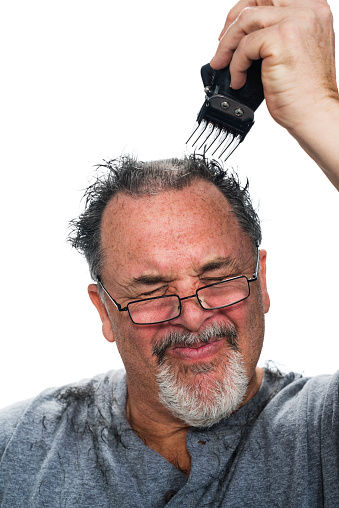 Mittleren Alter Weiß Man Dass Sich Die Haare Schneiden Stockfoto und mehr Bilder von Augen geschlossen