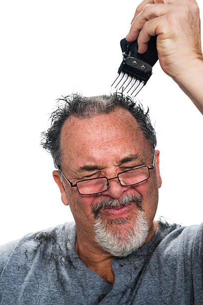 mittleren alter weiß man, dass sich die haare schneiden - cut wrong hair stock-fotos und bilder