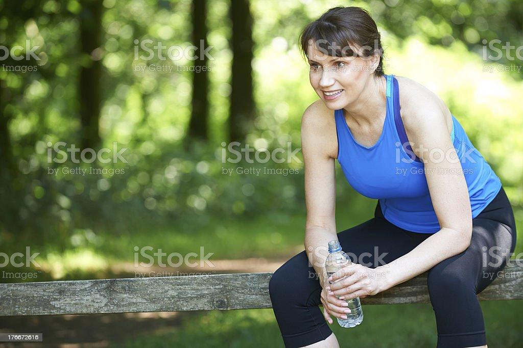 Medio de mujer descansando después del ejercicio foto de stock libre de derechos