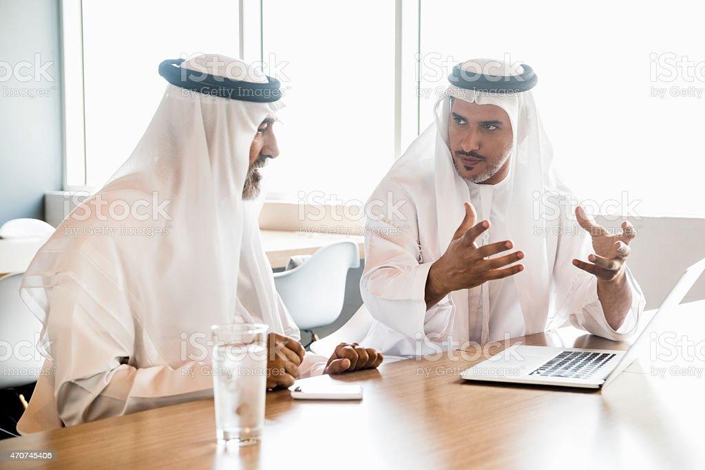 Photo de jeune homme arabe en regardant ordinateur portable au