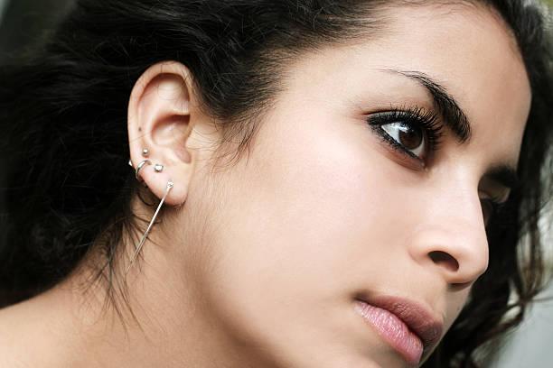 middle eastern schönheit - ohrringe piercing stock-fotos und bilder