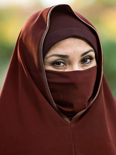 middle eastern augen - burka stock-fotos und bilder