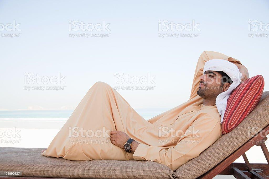 Nahen Osten Mann Entspannen auf der Sonnenliege – Foto