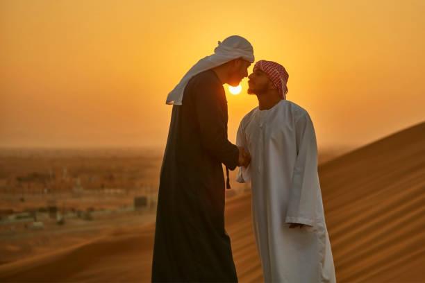 중동 남자 일출 사막에 전통적인 아랍 문화에서 인사말 - saudi national day 뉴스 사진 이미지